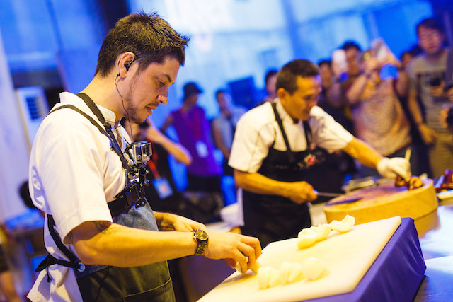 Chef Jeff Ramsey and Hawker Chan Hon Meng preparing their dishes at Tiger STREATS