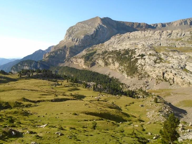 La llanura de Es Cums y la Punta Reduno (2.537 m)