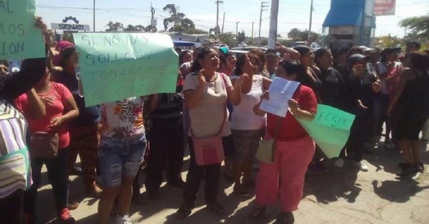 Padres de familia protestan por obras paralizadas en colegio « Diego Ferré» de Chiclayo, en las inmediaciones del Gobierno Regional de Lambayeque