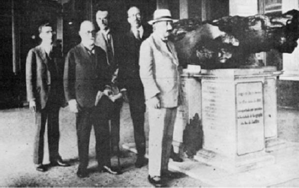 Albert Einstein visita o meteorito de Bendegó no Museu Nacional do Rio de Janeiro em 1925