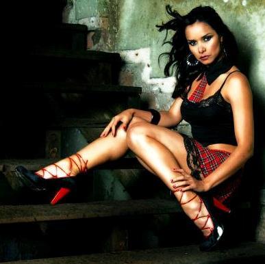 Foto de Maricielo Effio sentada en una escalera