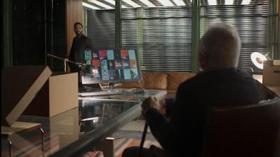 Diogo (Armando Babaioff) chega na sua sala e Alberto (Antonio Fagundes) está à sua espera — Foto: Globo
