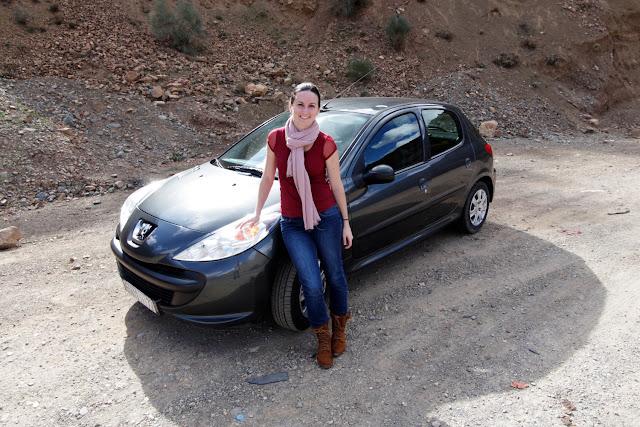 Coche en las carreteras del Atlas de Marruecos