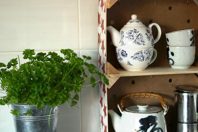 diy półka do kuchni ze skrzynek na owoce
