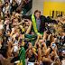 Jair Bolsonaro é recepcionado no aeroporto de Aracaju por centenas de pessoas