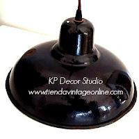 Lámpara esmaltada de techo industrial color negro de antiguo taller. lámparas vintage