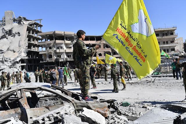 Żołnierze z Syryjskich Sił Demokratycznych (SDF) świętując zwycięstwo nad ISIS