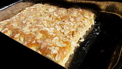 Hefekuchen mit Zucker und Mandeln