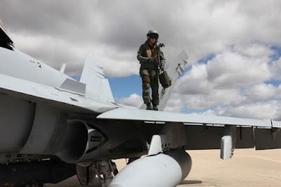 La capitán González Torres, primera mujer en superar las mil horas de vuelo en un F-18