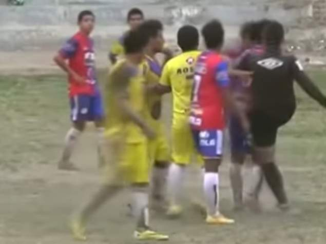 Περού: Διαιτητής απέβαλε παίκτη και μετά τον κλώτσησε