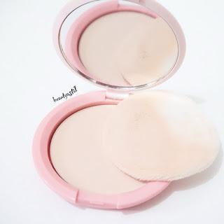 texture-bedak-emina-bare-with-me-mineral-compact-powder-01-fair.jpg