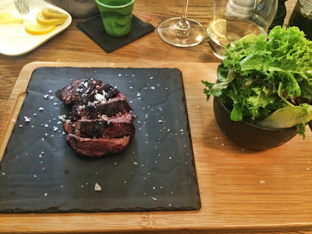 Najdziwniejsze potrawy w Europie - co warto spróbować? Egzotyczne przysmaki - co zjeść? Żabie udka, ukwiały, kiszka ze świńską krwią, morskie jajo, surowe owoce morza, stek z kangura i emu.