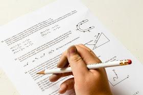 Hand schreibt mit Bleistift Test