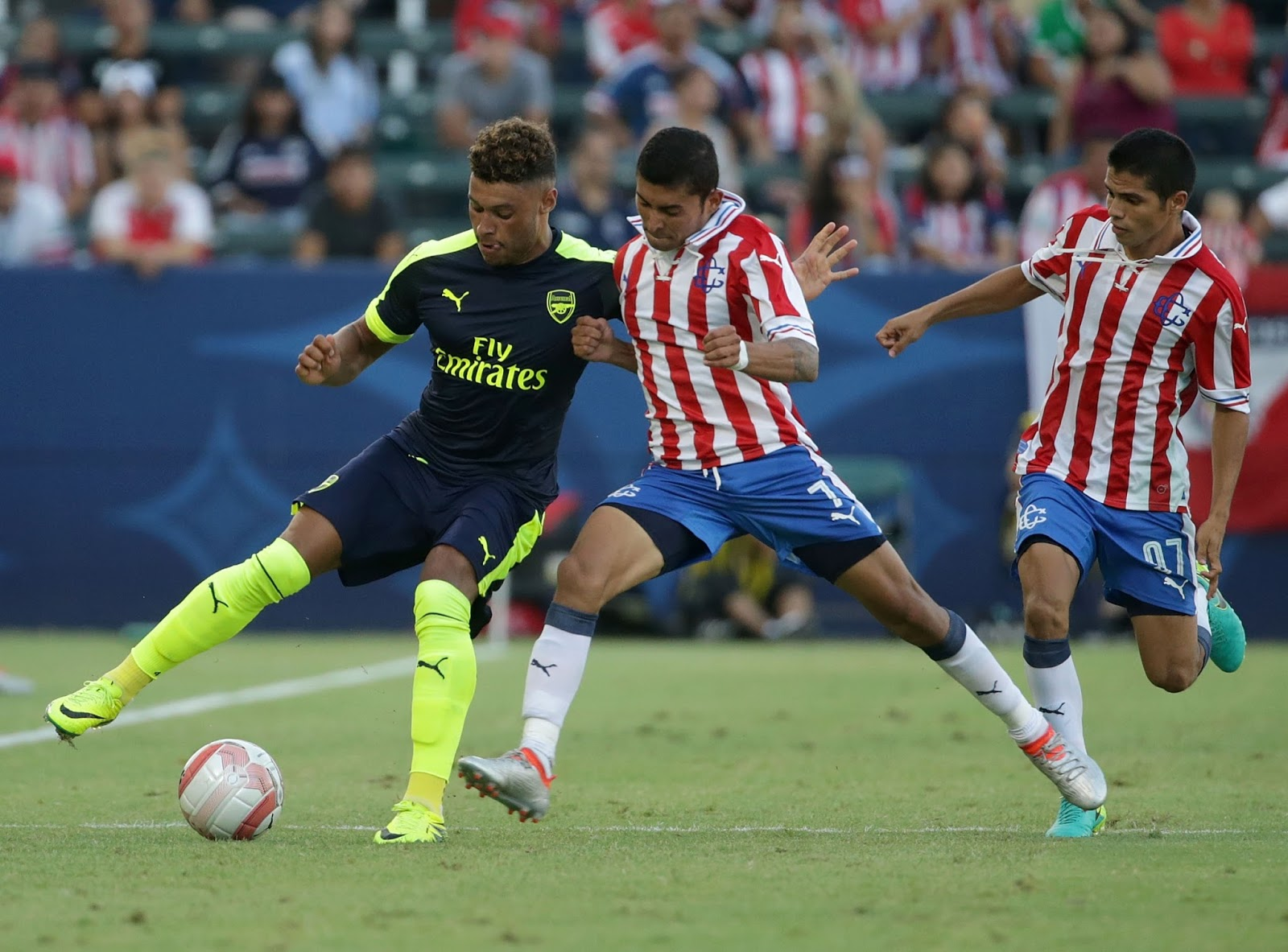 Arsenal se impone a Chivas en un duelo amistoso.