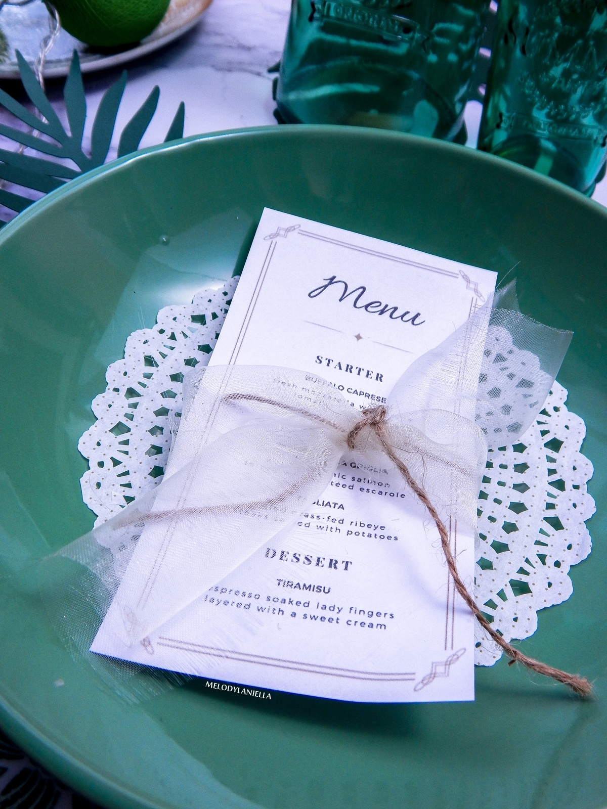 4 własne menu ciekawe propozycje dekoracji mieszkań stołów wnętrz zielone talerze liście palmowe do dekoracji zdjęć instagram białe zdjęcia flatlay melodylaniella partybox duka westiwgn opinie