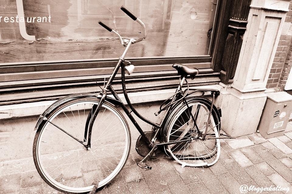 Sepeda Tua (Keangkuhan Yang Runtuh)