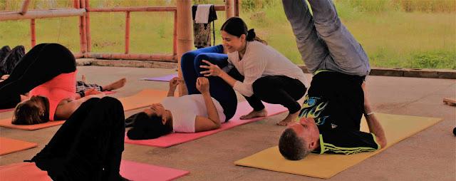 El yoga terapéutico al igual que las prácticas tradicionales, es una práctica de yoga basada en el conocimiento a un nivel más profundo de la anatomía y fisiología del cuerpo humano