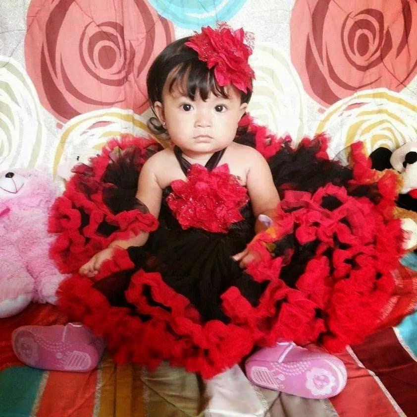 Foto bayi lucu banget pakai dress merah plus hitam