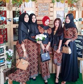 Seragam Kebaya Batik Dominan Warna Hitam Untuk Pernikahan Teman