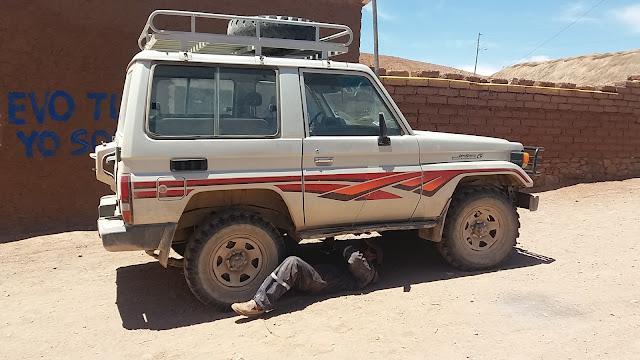 Gleich nach der Ankunft im  Bergdorf Relave kletterte ein Bürger unter meinen Jeep, um den Auspuff zu befestigen.
