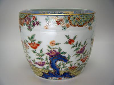 現代の有田焼の火鉢。手描きと転写が併用されています。