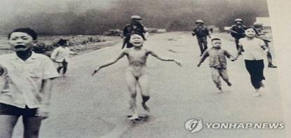 베트남전 참상 알린 '네이팜탄 소녀', 인권평화상 받아