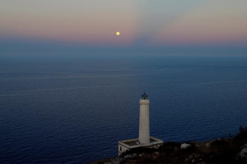 Vollmond und blaue Stunde am Leuchtturm Palacìa bei Otranto (Apulien)