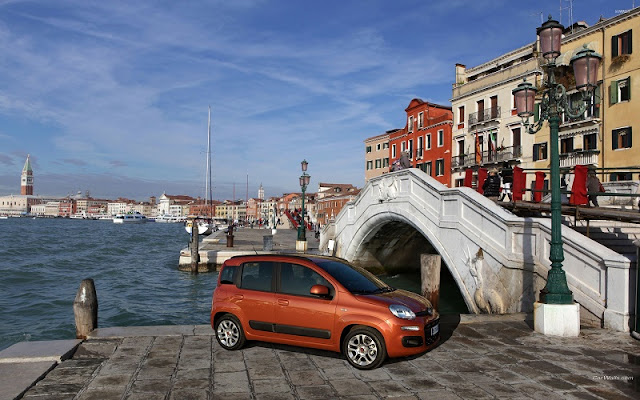 Carro estacionado próximo de canal de Veneza