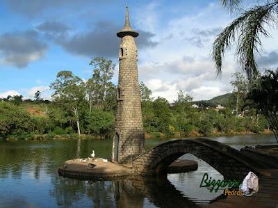 Pedra paralelepípedo para construção de ponte de pedra no lago.