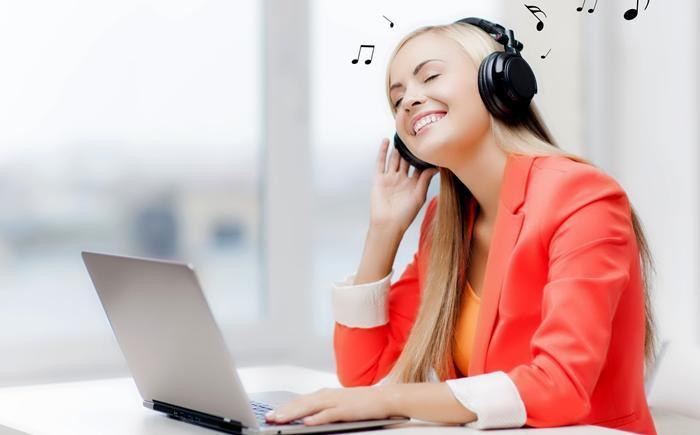 gadis cantik mendengarkan musik