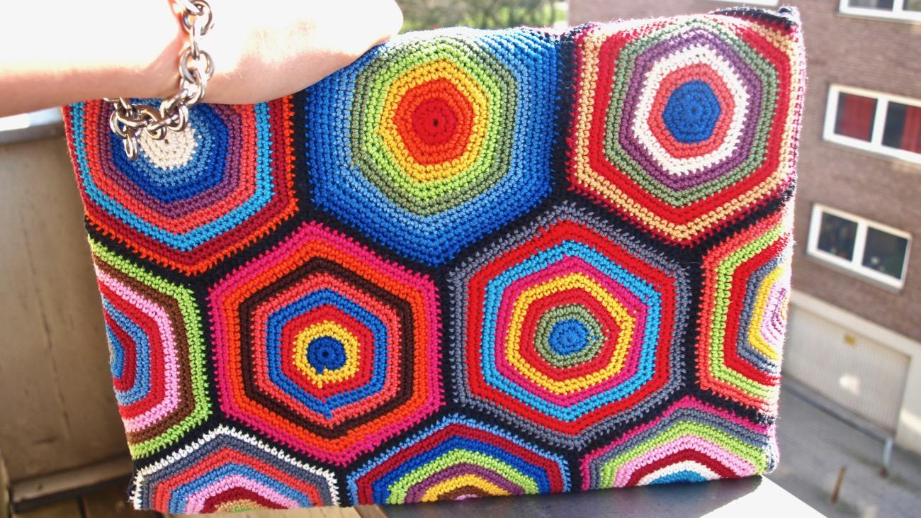 Gehäkelte Laptoptasche aus Hexagons