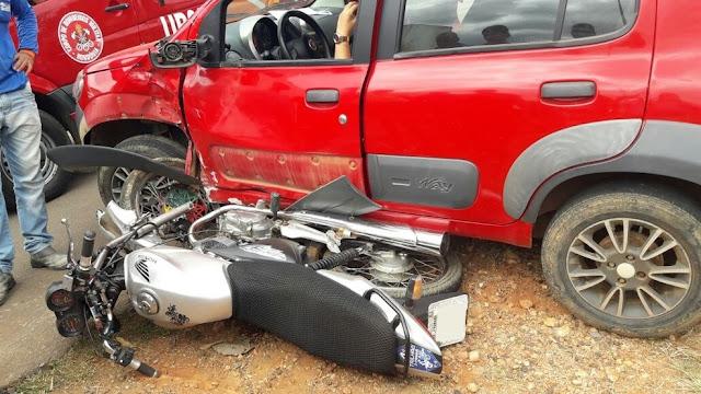 Motociclista 'voa' contra árvore após colisão entre moto e carro