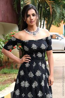 Sruthi Hariharan at Solo Tamil Movie Press Meet 01.jpg