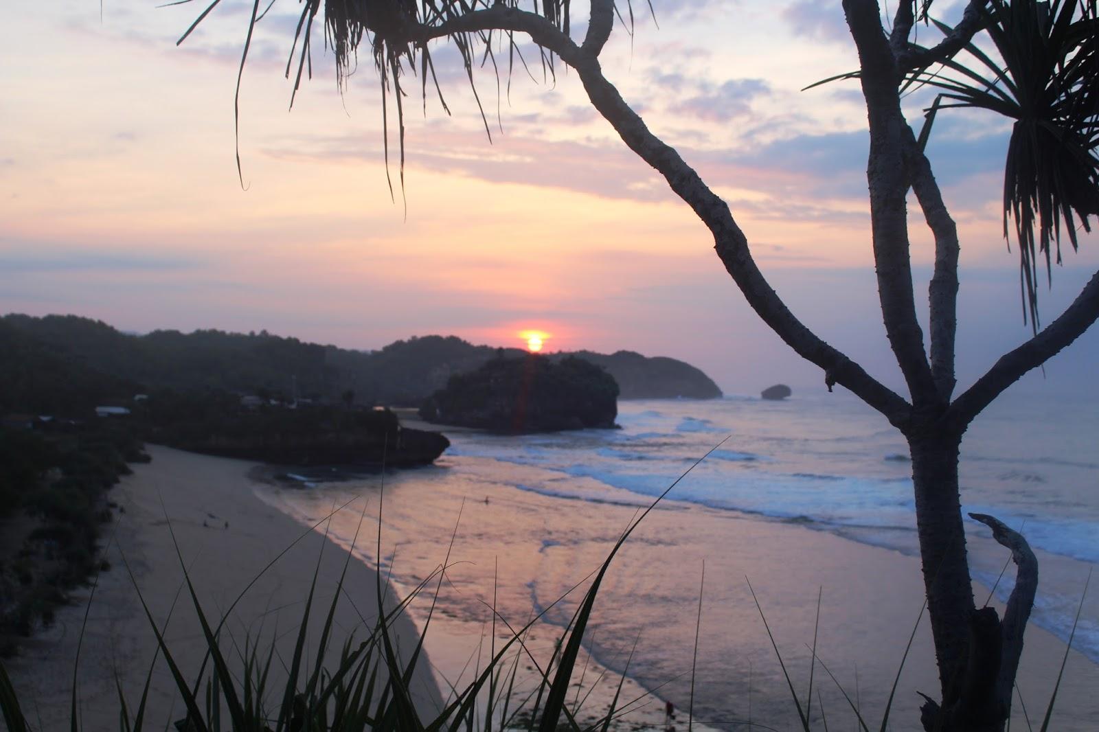 Hasil gambar untuk Indahnya Pesona Pantai Watu Kodok