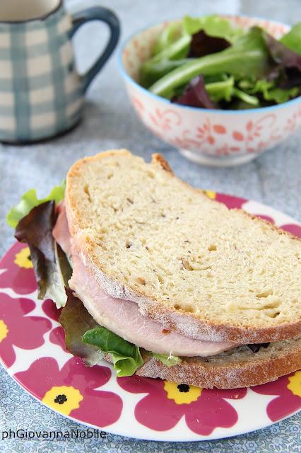 Tramezzini di pane di kamut con carrè di maiale e insalata