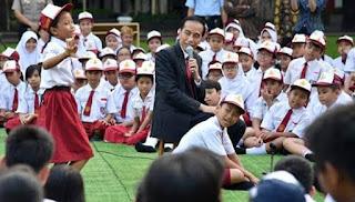 Pak Jokowi Bermain Sulap di Depan Anak-anak, Ibu Iriana Jadi Asistennya