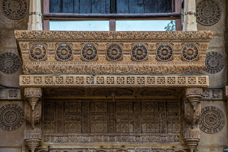 A beautifully carved balcony at Man Mandir palace