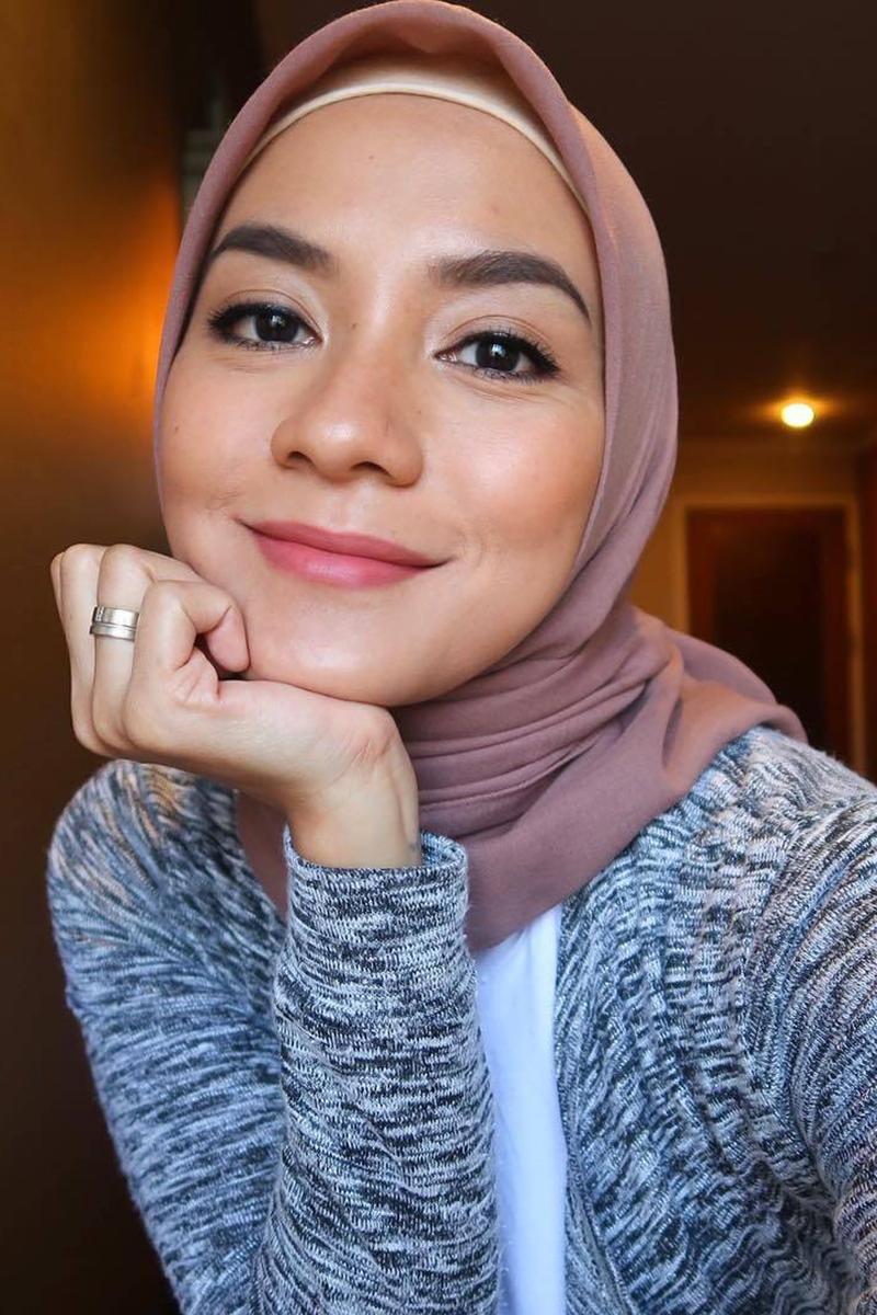 Artis Wajah Imut Enno Lerian PAkai Jilbab manis dan seksi