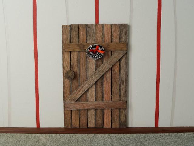Die Nissedør: Unsere dänische Wichteltür (+ Verlosung). Bei uns ist ein dänischer Weihnachtswichtel, ein Nisse eingezogen! Seine Tür haben wir im Wohnzimmer gefunden...