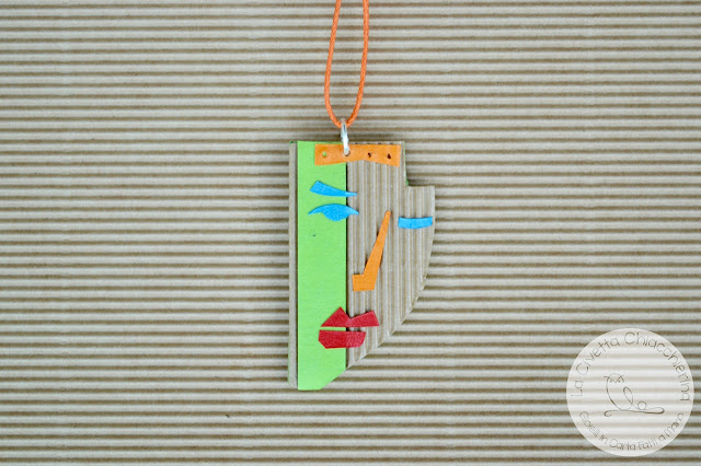 Ciondolo in cartone ondulato realizzato a mano 002