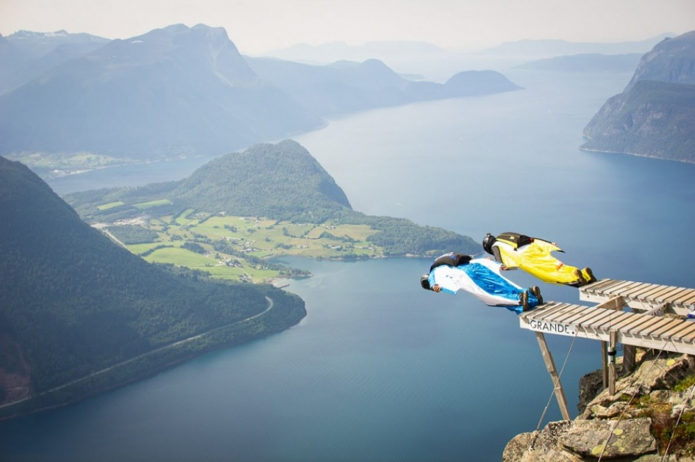 The 100 best photographs ever taken without photoshop - Annual base jumping contest in Norway
