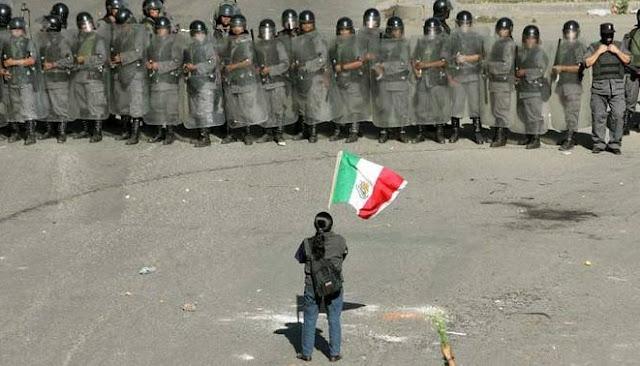 Granaderos y bandera de México