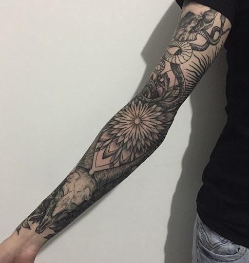 Comprimento total manga da tatuagem. Este desenho de tatuagem começa a partir de uma serpente que slithers descer o braço para formar as flores e se estende até o pulso.Comprimento total manga da tatuagem. Este desenho de tatuagem começa a partir de uma serpente que slithers descer o braço para formar as flores e se estende até o pulso.