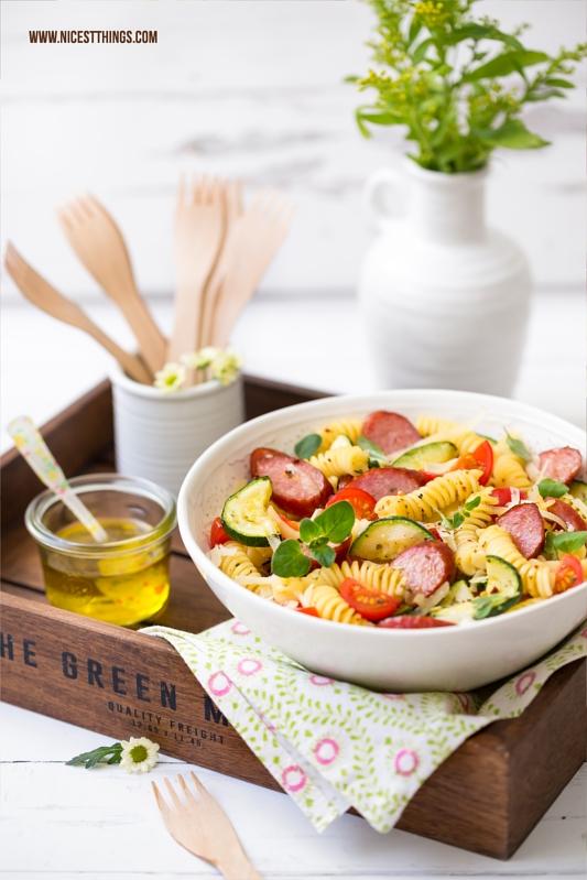 Sommerlicher Nudelsalat mediterrane Art mit Kabanos