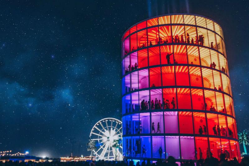 Instalación de arte luminosa en el festival Coachella 2018 por Newsubstance