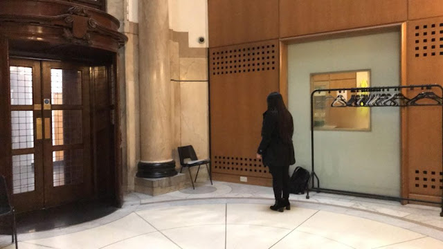Mahasiswa Muslim Dilecehkan Ketika Shalat, Sekolah Tinggi Ekonomi Inggris Minta Maaf