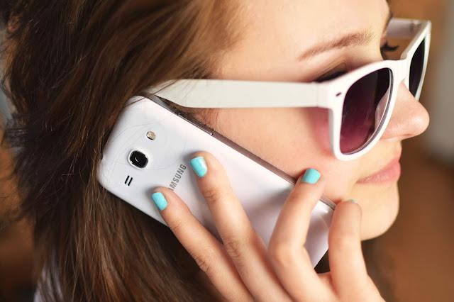 O habito de utilizar o telefone como se estivesse ocupado ou conversando com alguém para evitar aquela pessoa inconveniente é mais comum do que pensamos.