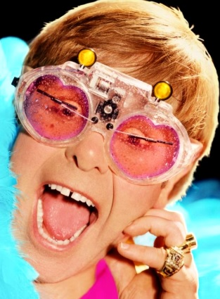 Foto de Elton John con lentes extravagantes