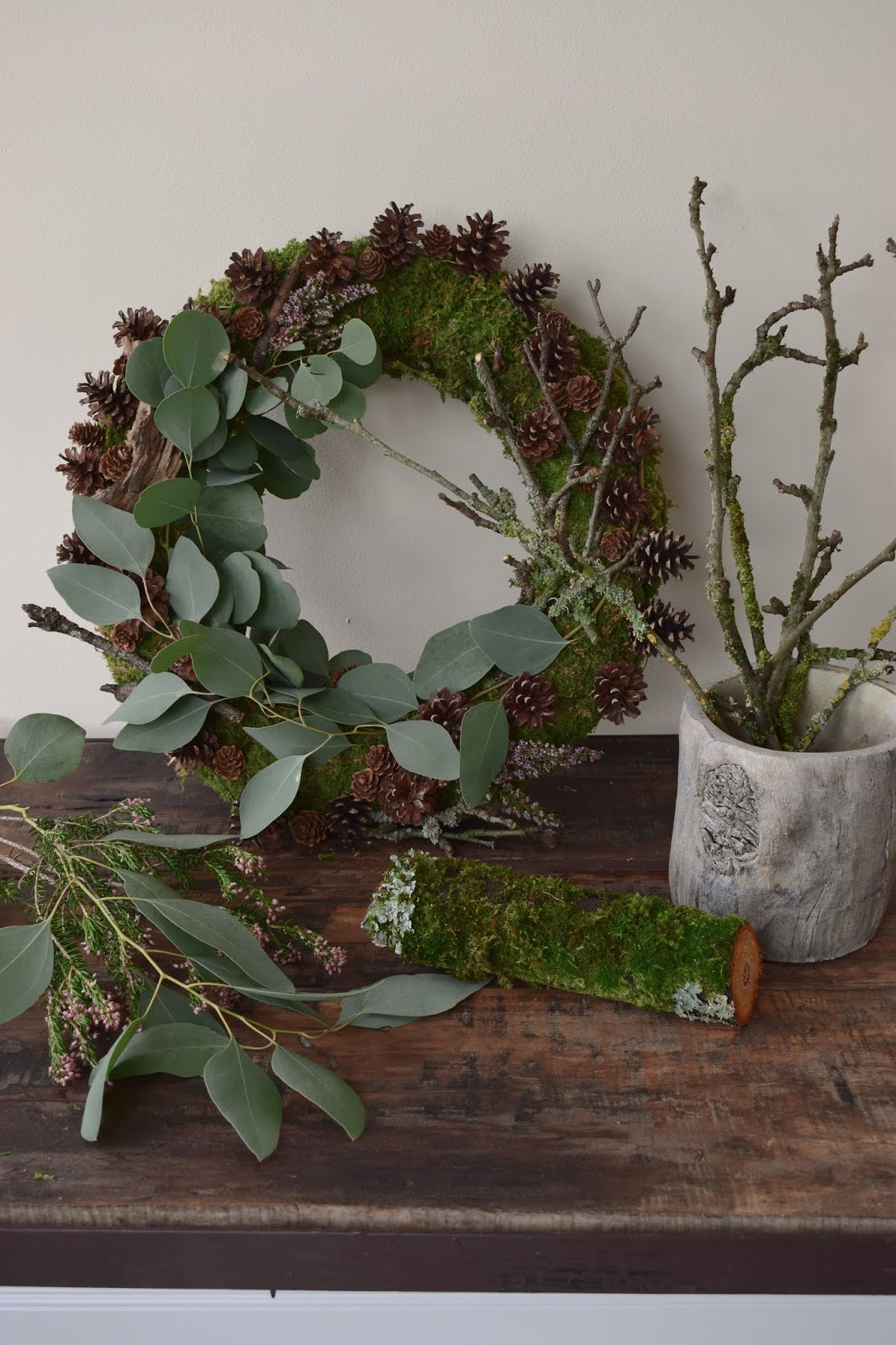 Kranz binden aus Moos, Ästen, Eukalyptus, Zapfen, Heidekraut. DIY Winterkranz selbermachen natürlich dekorieren