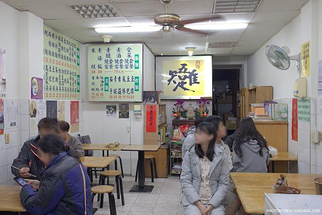 MG 9927 - 忠孝夜市唯吾知足自在素食,用餐時段都會湧現排隊人潮,點餐直接和老闆說就好